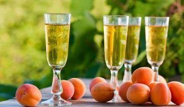 Бокалы с абрикосовым вином и абрикосы