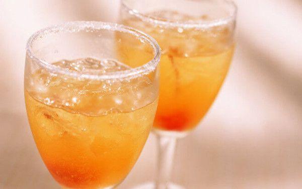 Фужеры с вином из абрикоса