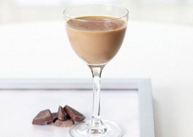 Ликер белиз можно украсить взбитыми сливками и тертым шоколадом