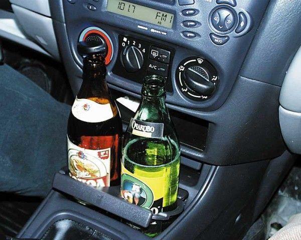 Пивные бутылки на консоли автомобиля