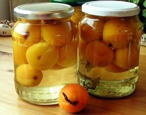 консервированные абрикосы в банках