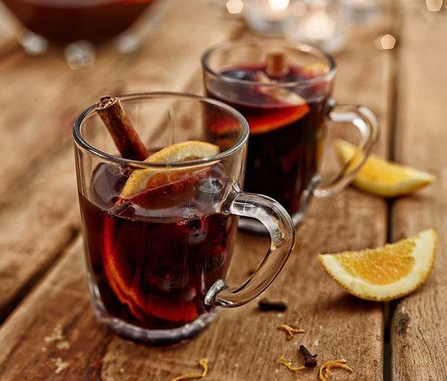 Kuhano vino je mekana sa limunom i cimetom