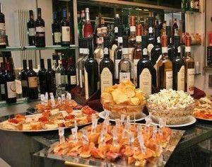 стол с бутылками и закуской