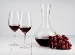 Декантация и другие особенности подачи вина на стол