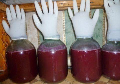 медицинская перчатка на банке фото