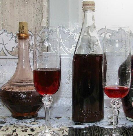 готовое самодельное вино из жимолости после выдержки
