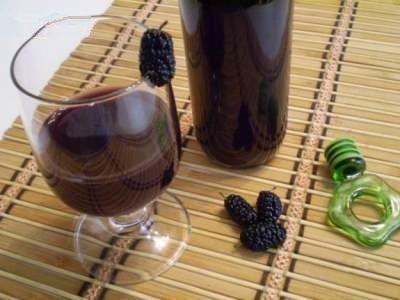 Вино и шелковица на столе