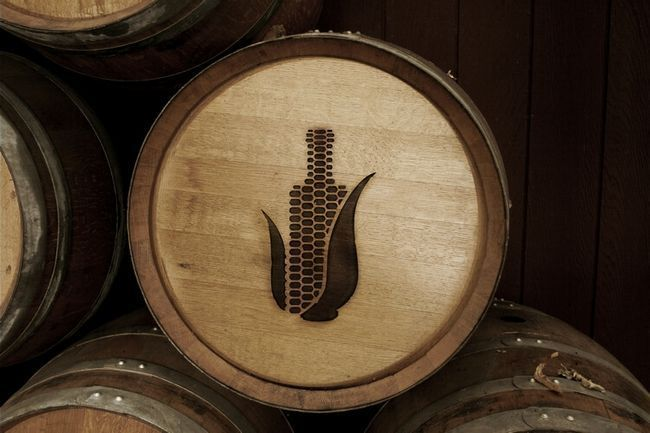 Логотип на бочке с бурбоном. Понятно, что здесь залит кукурузный виски.