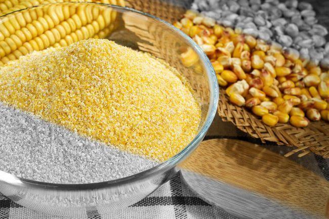Кукурузная крупа для приготовления бурбона в домашних условиях. Рядом зерна кукурузы.