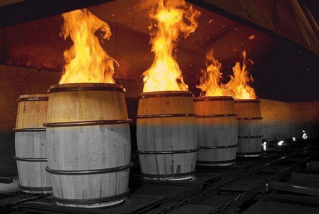 Обжиг новых бочек под бурбон. В таких бочках виски вбирает в себя цвет и аромат бочки очень быстро.