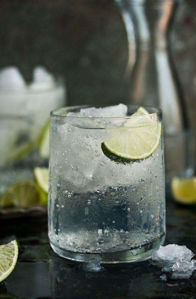 Так выглядит крепкий джин-тоник. Его подают в низких стаканах.