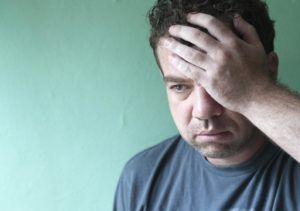 Похмельный синдром может сопровождаться сильной головной болью, ломотой в теле и т.д.