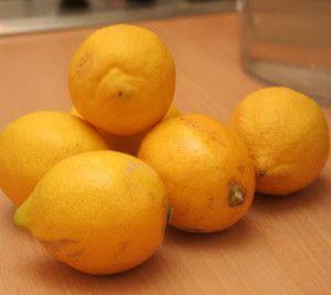 спелые лимоны на столе