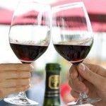 Как правильно держать бокал с вином и другими напитками