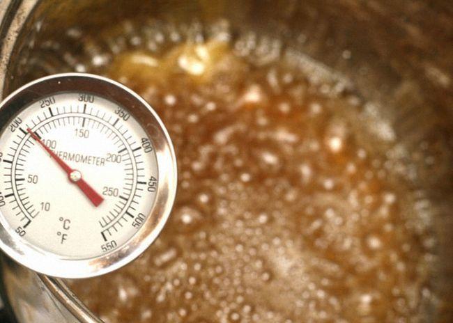 Из сахара меда и воды сварить сироп