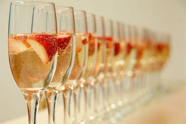 Как сделать клубничное шампанское. Рецепт