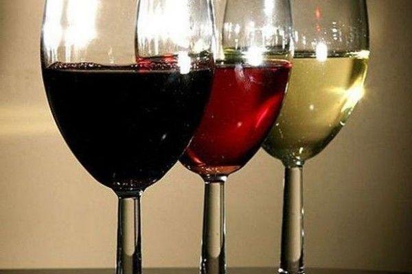 Три бокала с разными напитками