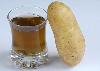 Стакан с картофельным соком и картофелина