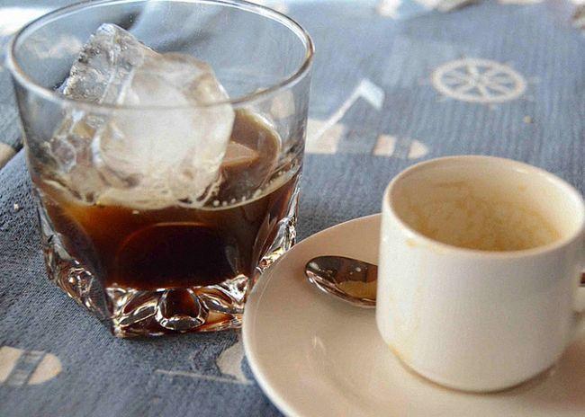 S kávového likéru a ledu