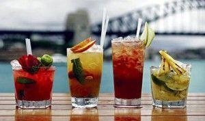 коктейли в стаканах