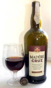 мадера в бокале и бутылке