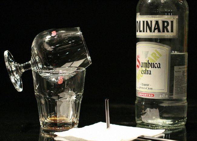 Подготовьте салфетку трубочку, спички или зажигалку классический стакан и бокал для вина