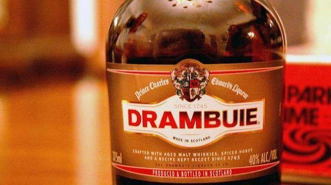 Ликер Драмбуи в старой бутылке, еще семейный пока напиток.