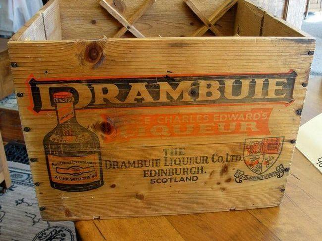 Винтажный ящик, в котором раньше привозили ликер Драмбуи из Шотландии в США,