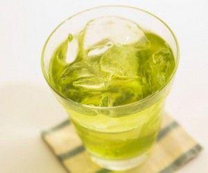 зелёный коктейль со льдом