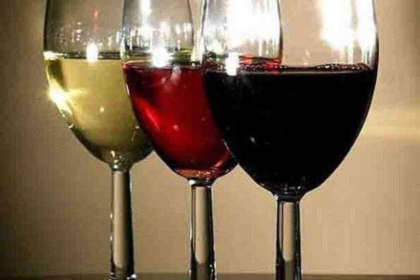 Сухое вино в бокалах