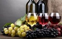 Безалкогольное вино в бокалах