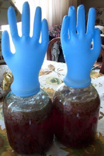 брожение наливки из варенья под перчаткой