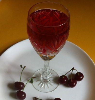 фото готовой домашней настойки из вишни на коньяке