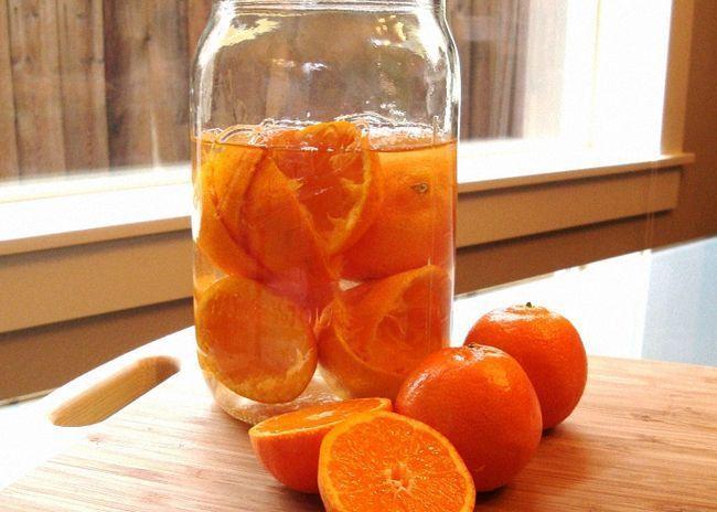 Апельсины нарезать кусочками и залить спиртом