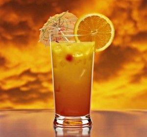 коктейль с апельсином в стакане