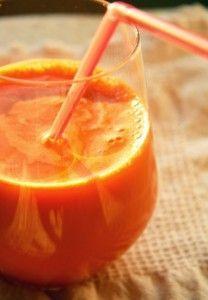 морковный сок в бокале