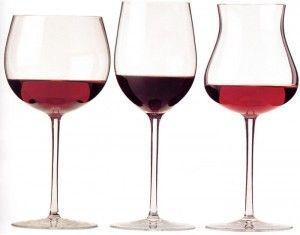 вино в бокалах