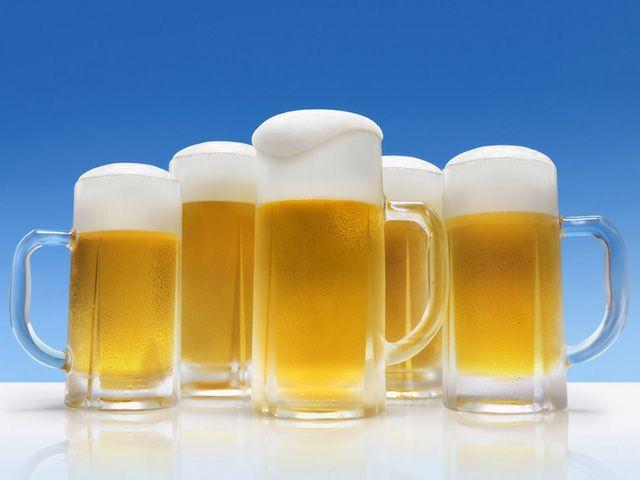 Пиво в стеклянных кружках