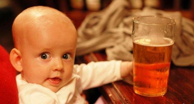 Бокал пива с рядом сидящим ребенком