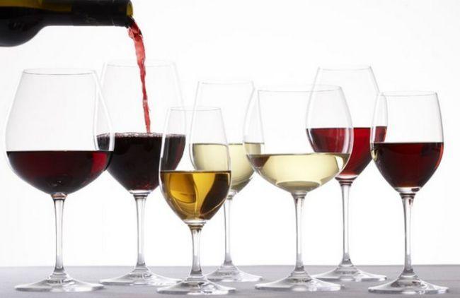 Бокалы с красным и белым вином