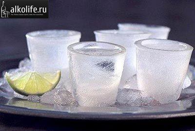 замерзшие рюмки с водкой фото