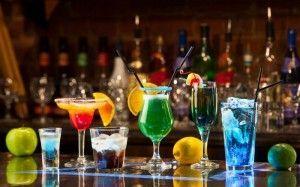 Urządzenia do mieszania napojów alkoholowych i okulary koktajlowe