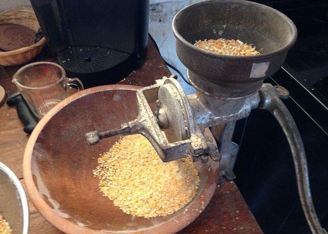 Кукурузные зерна измельчить на мясорубке