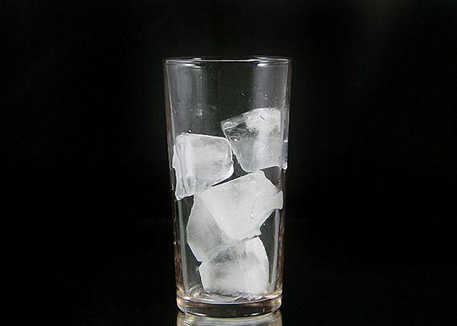 В стакан положить кусочки льда