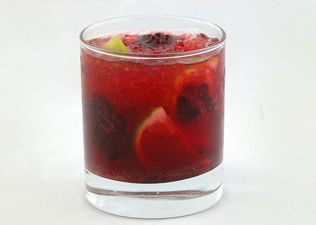 Добавить в Кайпиринью фрукты или ягоды