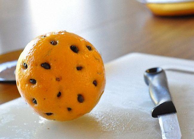 Złóż nacięcie na pomarańczowe kółko i włożyć ziaren kawy