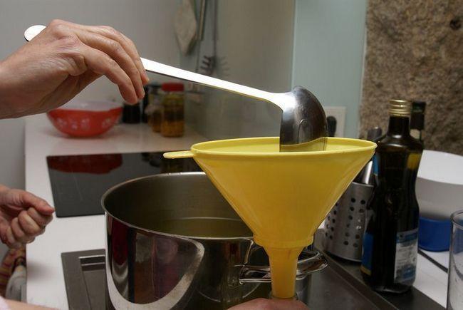 Настойку из мандарин разливаем по бутылкам