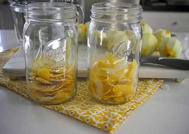 Лимонные корочки положить в стеклянную банку