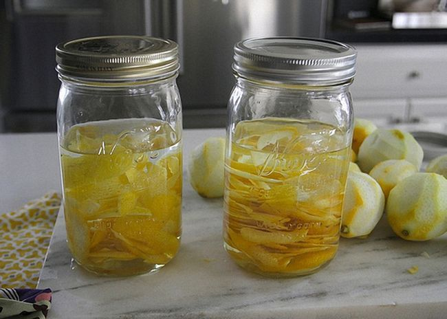 Закрыть банки с лимонной настойкой крышками