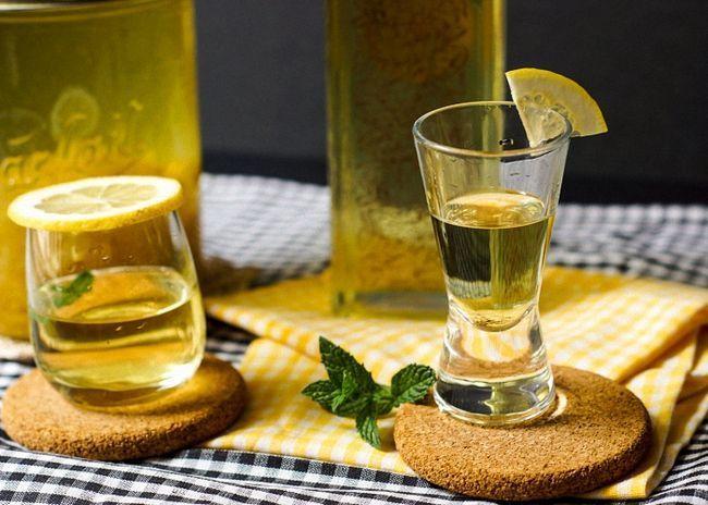 Лимонную настойку на водке пить охлажденной